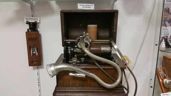 Neuville-sur-Seine, France: l'ancêtre du MP3 l'enregistreur reproducteur de son sur cylindre de cire