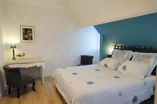 La Bayardine : La chambre « mésange » peut accueillir 2 personnes. Elle est dotée d'un lit en 160 x 200.