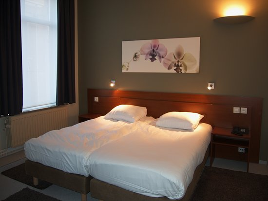 Alpha Hotel: Room with large bed