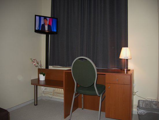 Alpha Hotel: Secondary room with desk