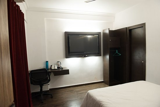 "49"" TVs - Photo de Emerald Suites, Calcutta - Tripadvisor"