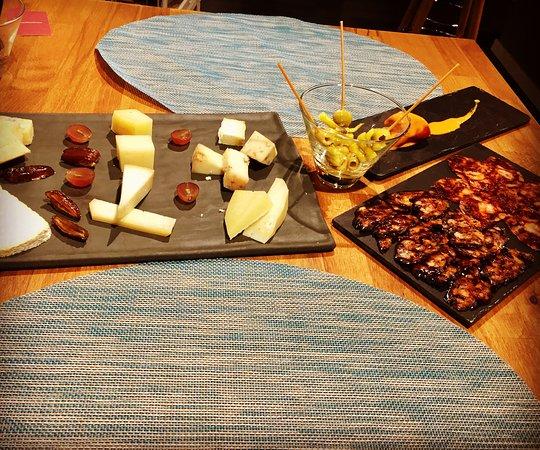 Quesos artesanos, ibéricos extremeños y encurtidos... tablas a degustar en QuiebraTinajas