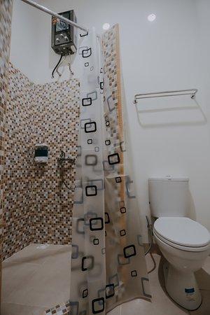 Curup, إندونيسيا: Kamar mandi dengan water heater.