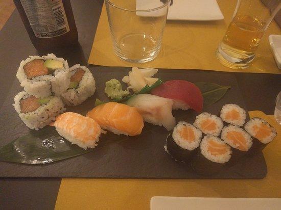 Sushi Mix 2, che comprende un Maki al salmone da 6 pezzi, un Uramaki salmone & avocado da 4 pezzi e Nigiri al tonno, branzino, salmone, gambero ciascuno da 4 pezzi