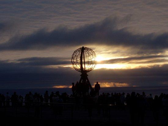 Nordkapp Municipality, Norway: Il mappamondo che si trova a Capo Nord nel momento del sole di mezzanotte