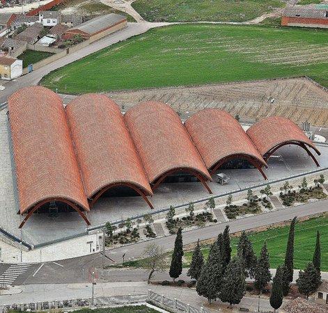 Castille-et-León, Espagne : Protos, en Peñafiel, es una de las bodegas a visitar en una escapada a Ribera del Duero en la provincia de Valladolid. Más info sobre bodegas en Ribera del Duero https://goo.gl/gP54XC