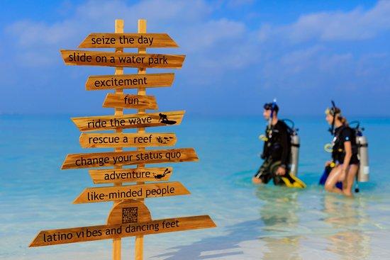 Raa-atollen: Resort lagoon, divers and fun activity signage