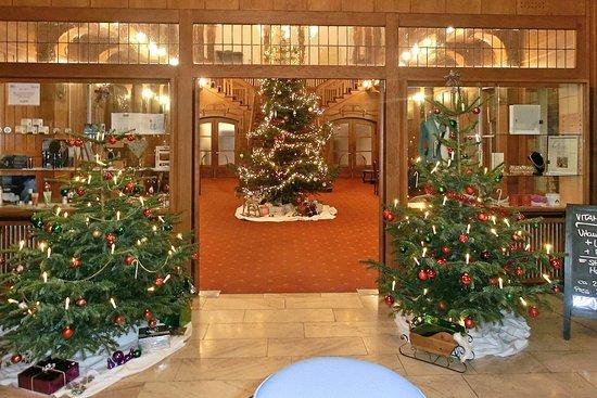 Bad Salzschlirf, Germany: Blick ins weihnachtlich geschmückte Jugendstil-Foyer des Hauses