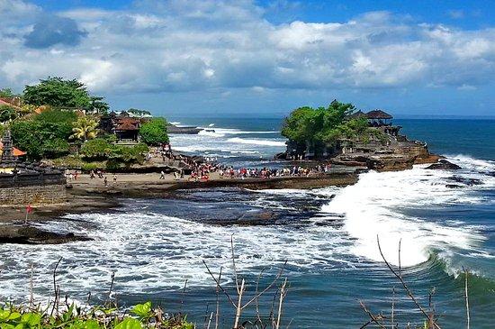 """Der hinduistische Meeres Tempel """"Tanah Lot"""" befindet sich im Südwesten Balis und liegt überaus eindrucksvoll auf einem Felsen direkt vor dem Ufer."""