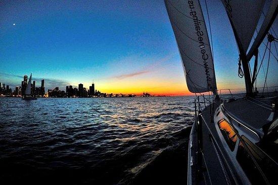 在密歇根湖的私有芝加哥日落风帆