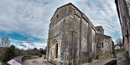 Eglise Saint-Cybard: Il faut prendre les clefs de l'église à la mairie située à proximité, en haut de la place. L'accueil y est chaleureux et instructif. L'église Saint-Cybard, construite au 12ème et 15ème siècles, classée en 1980, abrite des peintures encadrées et murales. Son architecture est typique de la région. L'ensemble mérite d'être découvert.   Juste à côté, un jardin médiéval fort bien tenu, en accès libre, complète agréablement la visite.