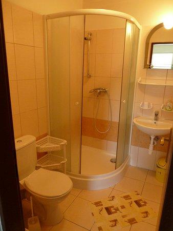 Penzion Maria: Kúpelňa pri izbe s balkónom