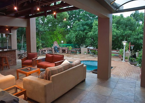 Paulshof Guesthouse and Apartments: Braai and pool area
