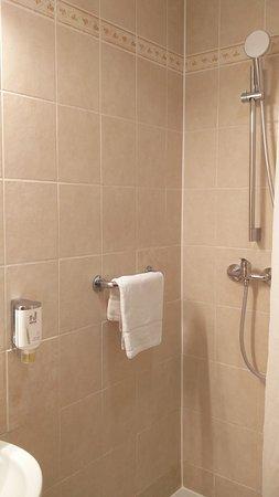 Ducha (el baño es tan pequeño que no pude hacer una foto donde se viera la ducha entera)
