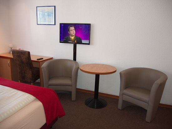Hotel Constantin: Room with desk, TV and chairs