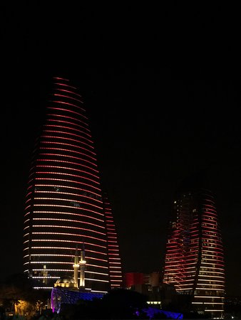 Flame Towers: «Башни пламени» ночью