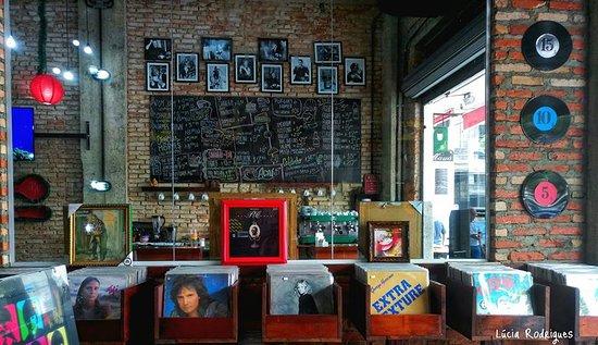 A Musical: Balcão do café com muita música, discos de vinil