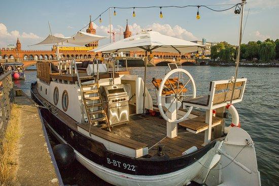"""Partyboot """"Geilezeit"""" vor der Oberbaumbrücke"""