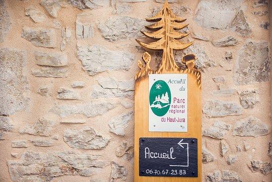 Maison d'hôtes à 300m du carrefour de Désertin, 7 km du centre des Bouchoux, 6 km de la Pesse, 17 km d'Oyonnax, 20 km de Saint Claude. Label Parc Régional du Haut- Jura