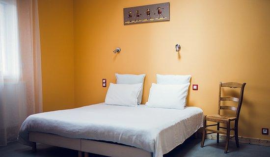 Les Bouchoux, France: Chambre La Grange avec lit électrique XXL en 180cm ou possibilité de 2 lits en 90cm. Espaces spacieux, domotique pour tous, y compris personnes à mobilité réduite et déficit visuel. Accès complet de plain-pied salle de bain, salon , salle à manger, garage, ...