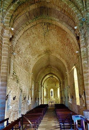 Une église construite la nuit par la Fée Mélusine (selon la légende)