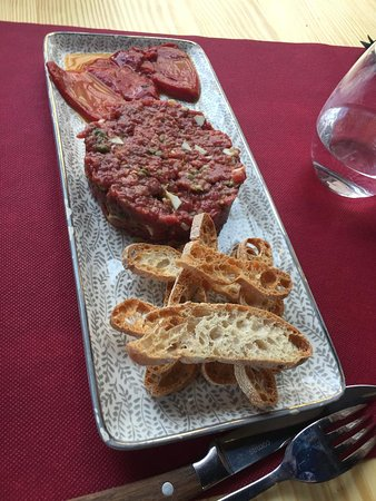 El steak tartar estupendo.