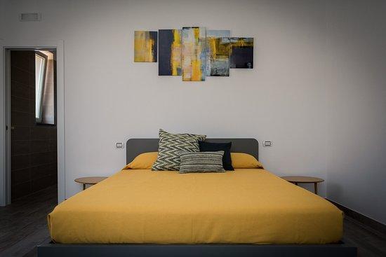 Stanza LIMONE - Questa camera è dotata di TV,frigobar,aria condizionata,wifi,luce rilassante e doccia emozionale. Vista giardino
