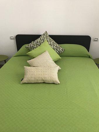 Stanza LIME - Questa camera è dotata di TV,frigobar,aria condizionata,wifi,luce rilassante e doccia emozionale. Stanza dotata di balcone indipendente.