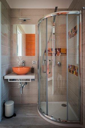 Bagno STANZA ARANCIO dotato di DOCCIA EMOZIONALE,phon,set asciugamani e set di cortesia.
