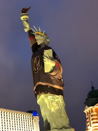 half off 470c3 f02e7 The Statue of Liberty was wearing a Vegas Golden Knights ...