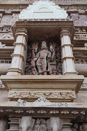 แนะนำ khajuraho group of monuments  เลยค่ะ คุณสามารถอยู่ที่นี่ได้ทั้งวัน ถ้าคุณชอบงานแกะสลักหินทราย  และเทพเจ้าของอินเดีย  คุณจะรู้สึกสนุก และมีความสุขกับที่นี่เลย แนะนำมาหน้าหนาวค่ะ