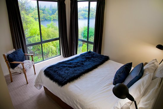 New Norfolk, Australia: Birches Cottage main bedroom with river views