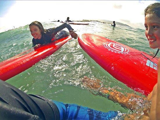 Zahara Red Tuna no solo apuesta por la transmisión de conocimientos sobre técnicas de Surf, sino que además quiere contribuir a forjar NUEVOS SURFEROS comprometidos con la sociedad y el medio ambiente.
