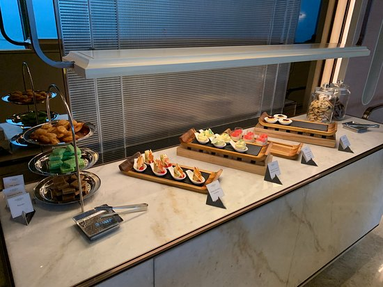 Shangri-La Hotel, Colombo: Horizon lounge - happy hours cold appetizers