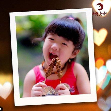 Pelanggan cilik dan menyukai Sate Babi Papua