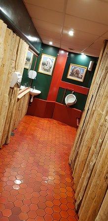 Couloir d\'accés au fond du jardin, urinoir et toilettes, la feuillée ...