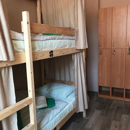 Хостел Берлога: место на двухъярусной кровати в восьми местом номере, общая кухня и ванная комната. Чистое белье, полотенца, запирающийся шкафчик, розетка и ночник у каждого места. Ежедневная уборка.