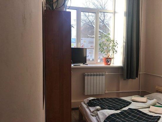 Хостел Берлога: семейный двухместный номер с возможностью размещения до 3 гостей (односпальное место на этажерке), общая кухня и ванная комната. Чистое белье, полотенца, шкафчик, телевизор, розетка. Ежедневная уборка.