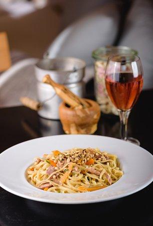 The Pastards : Pumpkin, jamon, sage, pine nuts, cognac, white cream and fresh herbs)