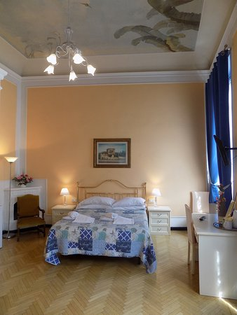 Superior Double Room with ensuite bathroom and view over Piazza Pitti