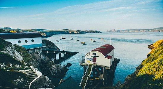 เวลส์, UK: Views of Ramsey island from St Justinians