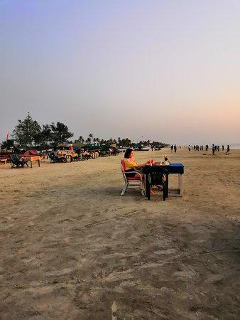 Чистый и широкий пляж