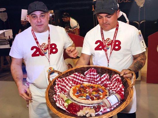 Présentation de la pizza au jury du championnat 2018