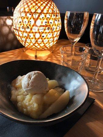 Compotée Pommes-Poires et boule de glace artisanale au Nougat de Montélimar.