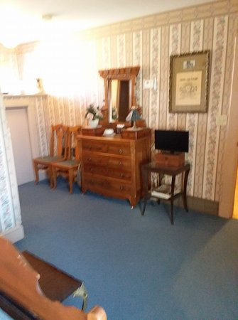 Oberlin, KS: Victorian dresser in Ad Astra handicap acessible room