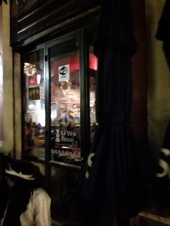 Café del Tiempo: Zona de lugares para comer algo