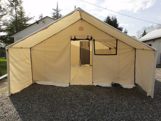 Langley, Canadá: 14'x16' Deluxe Wall Tent with 3 windows, 2 doors with mosquito nets, internal frame, porch, floor, tarp, and stove/warming tray/water heater.