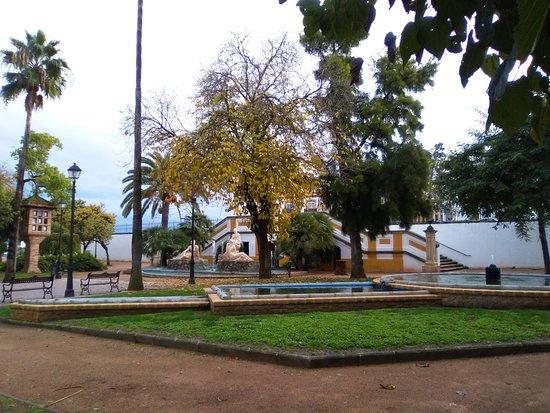 """Montilla, สเปน: Palomar (izd) y fuente """"Encuentro de Dos Culturas"""" (centro, al fondo)."""