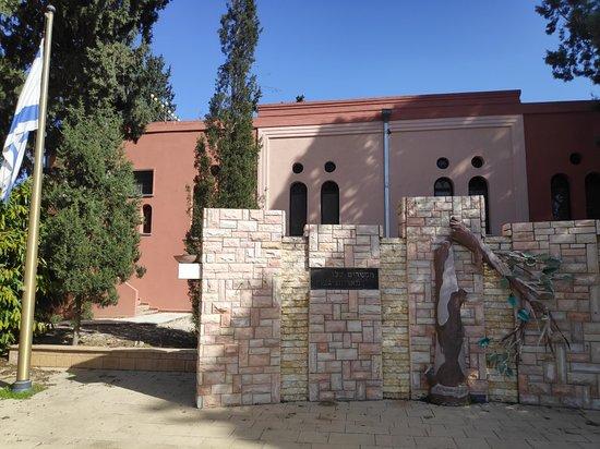 Binyamina, Israël : גן הגיבורים, בית הכנסת תפארת בנימין והמצוק