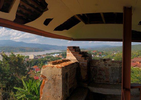 """ห้วยทราย , ลาว: Fort Carnot (フォートカルノー)は、タイ、ラオス国境のフェイサイ市内中部にある1900年頃に建設されたフランス軍基地の遺構。基地名はフランス革命で活躍したラザール=""""大""""カルノー将軍に由来していると思われますが、地元の方に聞いても「あそこに観光に行くの?」という反応でした。 とは言え、出入りの規制は無く、敷地内の見張り塔に登るとメコン川や対岸のタイのチェンコーン市内を展望できます。朽ちて危うい床を踏み抜かない様に気を付けて登りましょう。"""